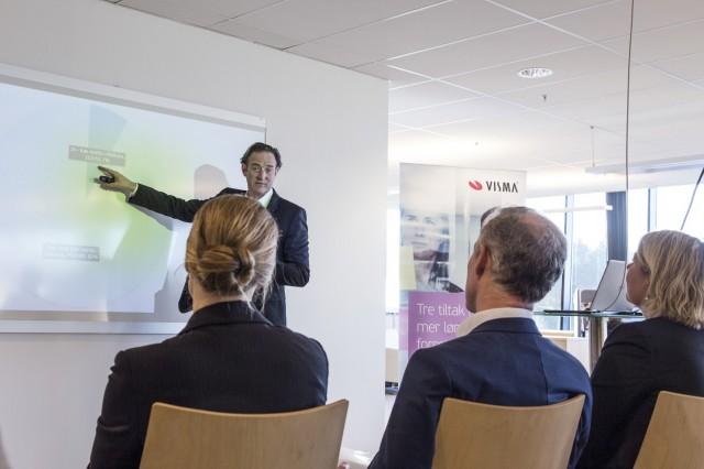 Erlend Sogn forteller ministrene om Vismas bidrag til effektivitetsløftet