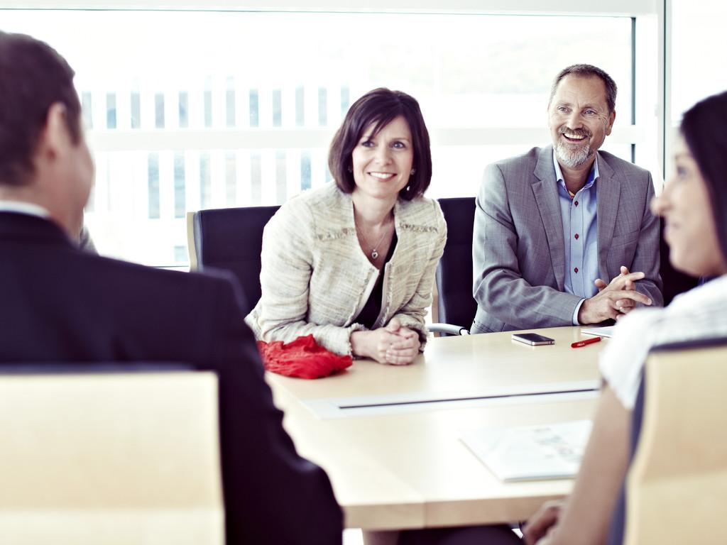 Skal du ansette i sommer? Se hva du må ha med i en arbeidsavtale.