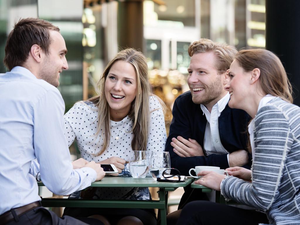 Nyutdannede studenter på cafe