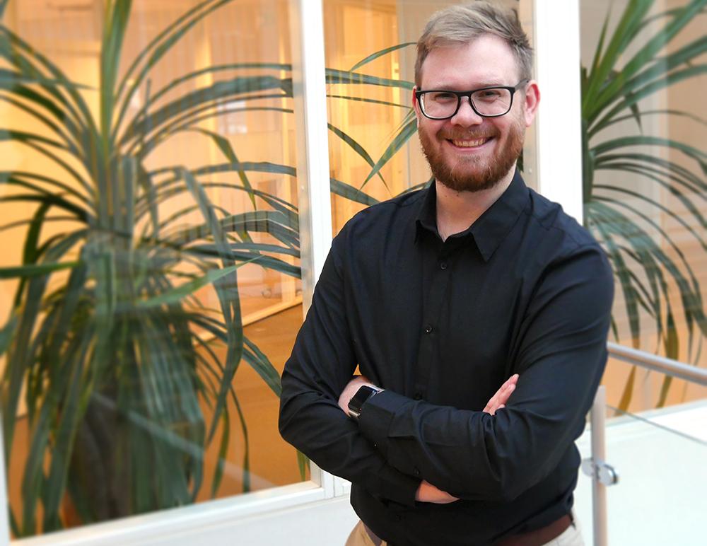 Jon Ramvi står på scenen under Accounting Forward 2018. Foto: Maria Lønneid.