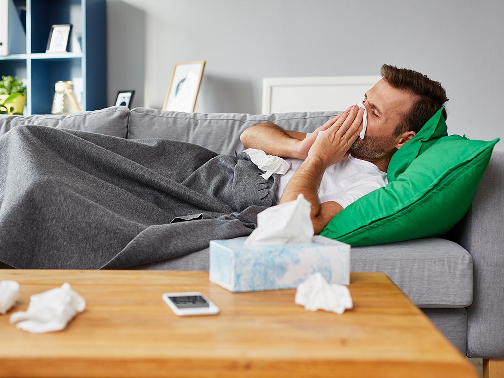Sykepenger - Syk mann på sofa