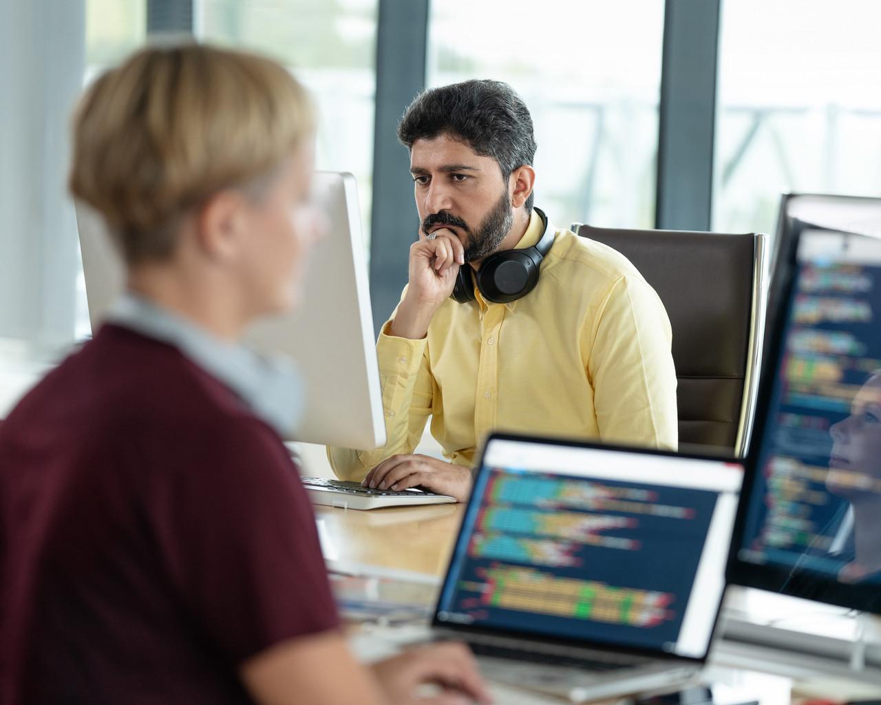 Utviklere som skriver kode