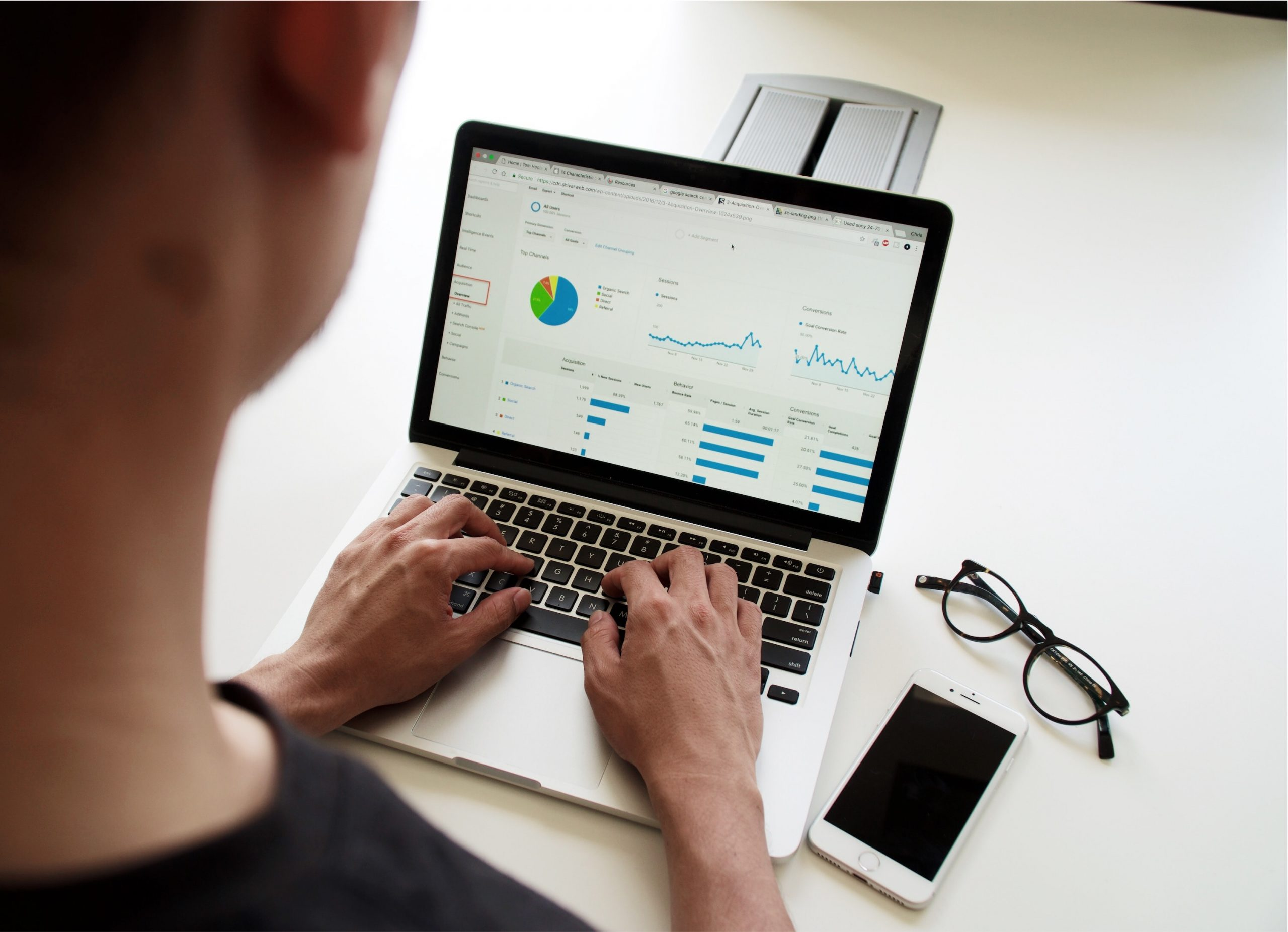 Data literate person som analyserer på pc