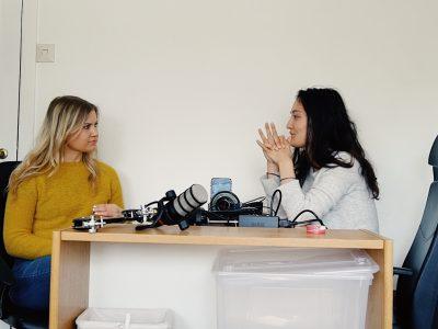 Silje og Tina spiller inn podcast