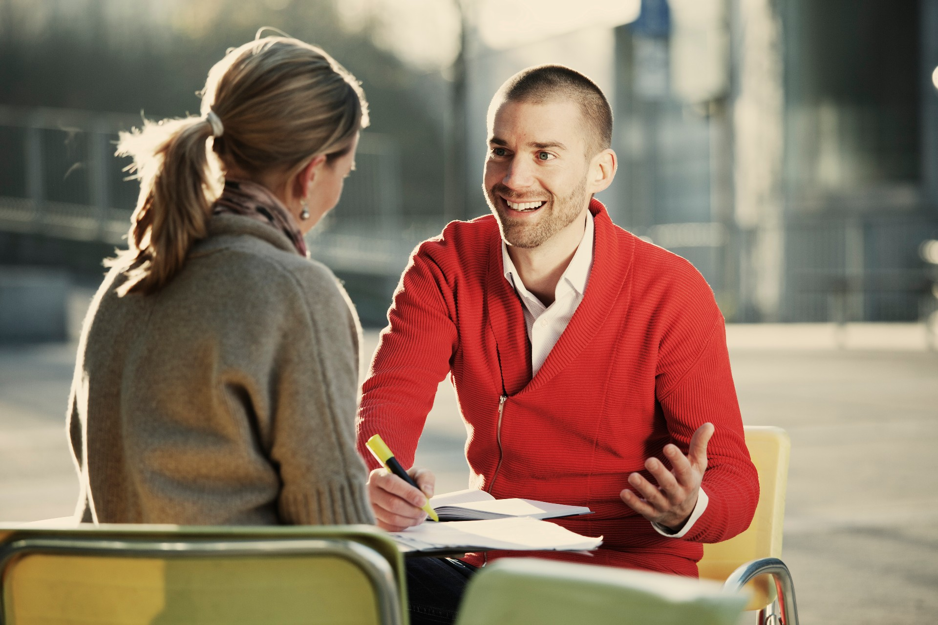 kollegaer-prater-sammen
