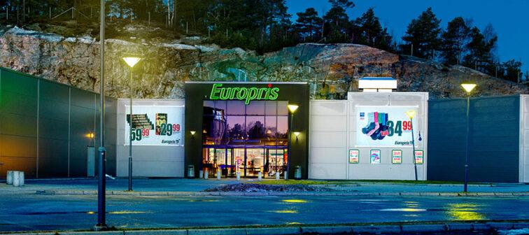 Utendørs, foran en Europris-butikk på kveldstid.