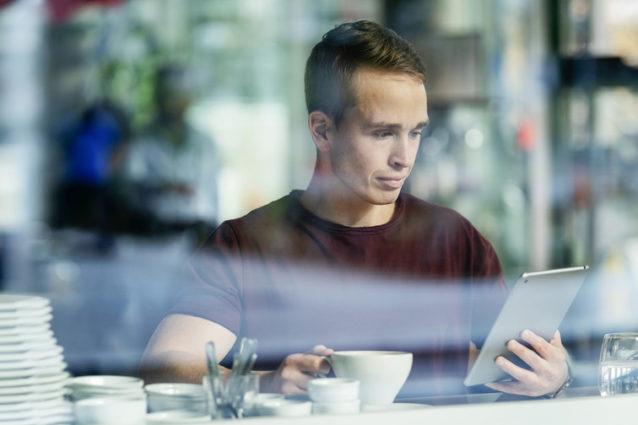 Mann med iPad