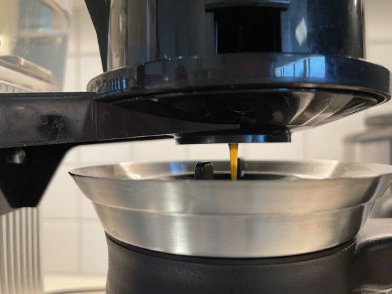 Ferdig, brygget kaffe som drypper ned i kolben.