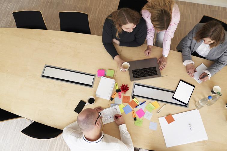 Fire personer i en workshop