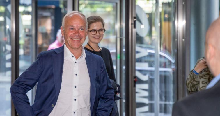 Finansminister Jan-Tore Sanner smiler på vei inn i Visma-bygningen